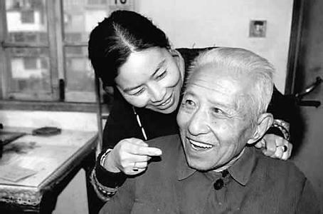 伊朗83岁老人娶20多岁妻子喜得子,90多岁老人娶18岁少女想续弦