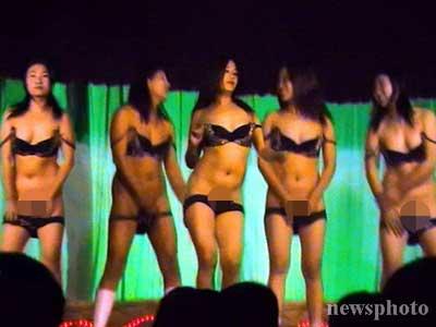 歌舞团表演一丝不挂视频,大棚歌舞团躶体表演,性都荷兰玩求偶真人