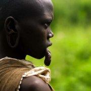 非洲原始部落的女子图片唇盘族嘴大为美 原始部落为什么要弄唇盘