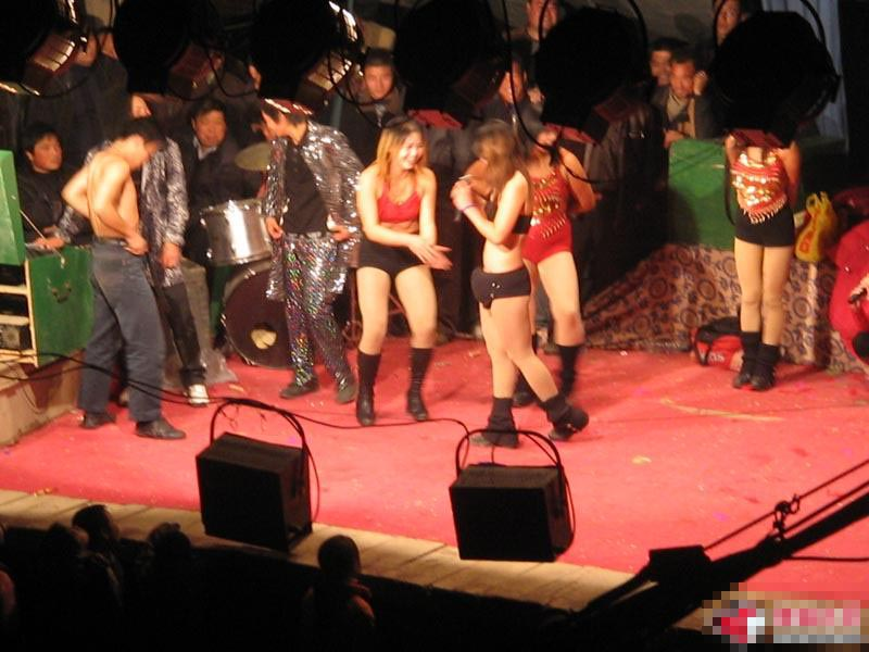 歌舞团地下歌厅低俗表演 农村歌舞团开放表演 地下黑吧激情表演