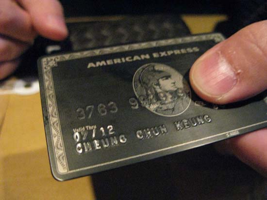 """什么是黑卡?  据悉,美国运通百夫长黑金卡,是美国运通(American Express)于1999年在英国推出的""""百夫长系列签帐卡""""的黑金(最高)级别版本,由于其卡面主体色调为黑色所以又被称为""""黑卡""""。百夫长黑金卡是世界公认的""""卡片之王"""",该卡定位于顶级群体,无额度上限(中国地区的百夫长黑金卡为合作发行的信用卡,所以存在额度限制,授信额度在200-1000万左右)。 而""""黑卡""""的持卡人多为各国政要、亿万富豪及"""