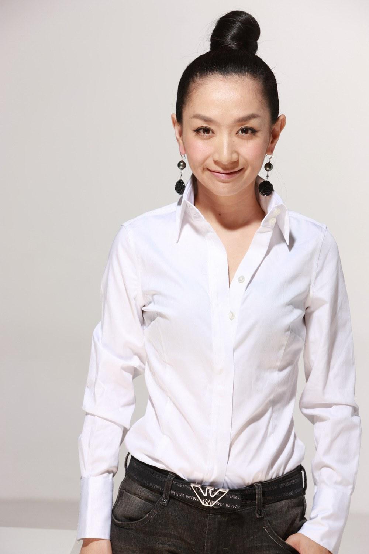 王芳是一位知名的电视节目主持人,王芳在北京电视台任职,主要主持的是情感类的节目,王芳主持的节目有很多人都喜欢看,所以说收视率都很高,王芳不单是一个成功的主持人同时也是一个幸福的妻子和妈妈,现在我们就一起来了解一下王芳老公田捷个人资料简历和照片吧。  说一下王芳个人资料吧,王芳是一个硕士毕业生,主要是可以说王芳在北京可是很出名的,而随着王芳人气的上升大家对她的私生活也特想知道。 王芳老公叫田捷,1960年1月出生,和王芳相差15岁,是安徽人,是一位工学博士,是博士生导师。 同时也是中国科学院自动化研究所研究