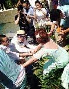 柳岩当伴娘竟遭伴郎团扔下水遭批,柳岩回应当伴娘被戏弄