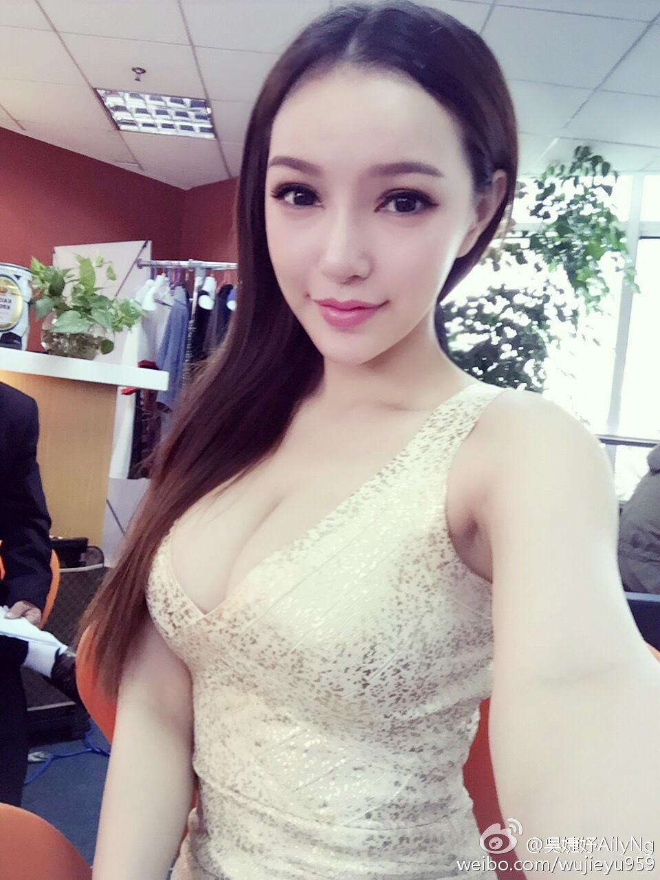 吴婕妤喜爱夜蒲大尺度人体照曝光(2)