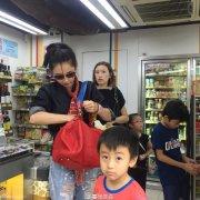张柏芝儿子逛超市近况照片曝光 张柏芝两个儿子是谁的揭秘