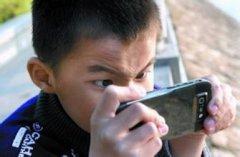 玩手机有什么危害是真是假,18岁小伙玩手机致失明原因真相