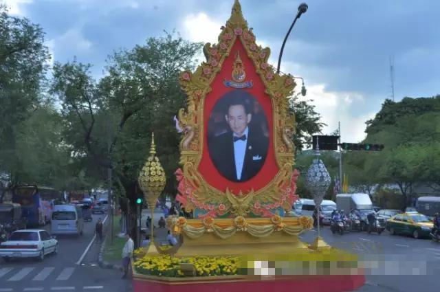 泰国国王普密蓬死了遗体沐浴现场王位继承人是谁哇集拉隆功背景资