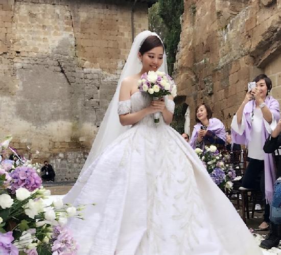 伴娘刘亦菲抢镜婚礼现场照,刘亦菲张靓颖关系怎么样为什么这么好