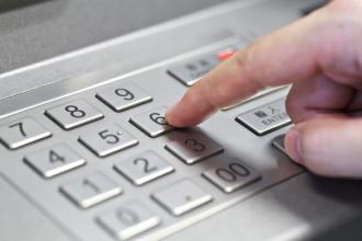 捡银行卡猜中密码取钱不敢花被抓 捡银行卡骗局诈骗流程揭秘