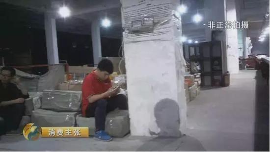 双十一快递乱象调查结果惊人 快递员偷拆偷吃暴力分拣包裹实拍图