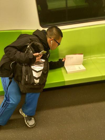黄晓明丢书致地铁停运真的吗 中国版丢书大作战是谁发起的被吐槽