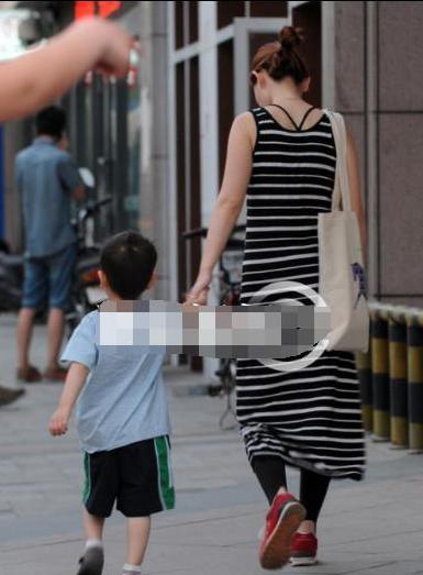 马蓉带儿子现身街头马蓉最新消息身形臃肿疑似怀孕真相曝光