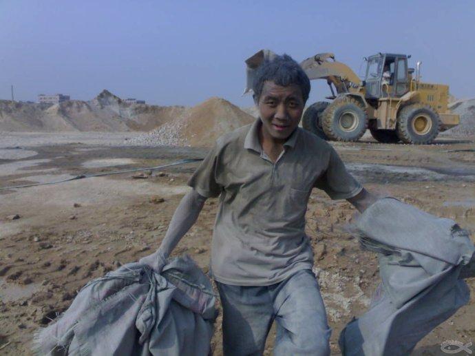 可怜农民工竟下跪求活干原因,农民工没活干无奈下跪求开工现场图