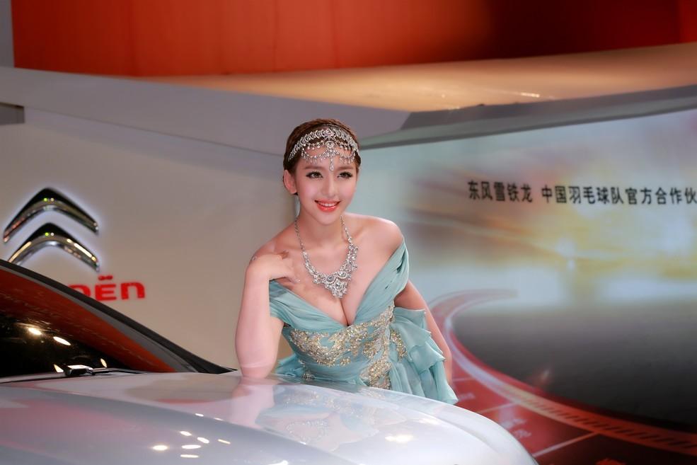 中国第一车模曹阳黑历史有哪些 车模曹阳结婚了吗老公是谁