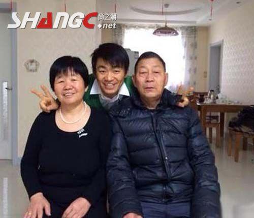 王宝强回乡路演父母现场合照图片,王宝强54万农村天价豪宅内外景