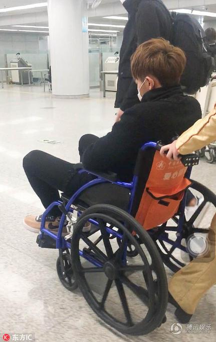 黄子韬为什么在机场突然晕倒视频生病了?黄子韬机场晕倒坐轮椅图