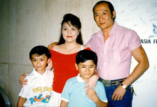 71岁香港功夫明星李家鼎再婚第二任老婆图 李家鼎施明几时离婚的