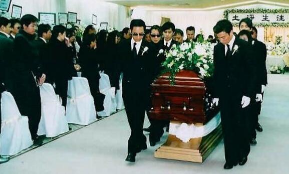 梅爱芳死亡遗体照片,梅艳芳葬礼刘德华抬棺落泪痛哭全程视频图片