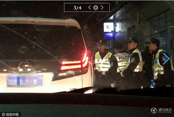 赵丽颖高速路口遇临检有顾忌不下车配合图 赵丽颖被警察痛批原因