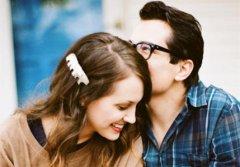 男生喜欢女生的表现与小细节有哪些 男生暗恋你的20个动作揭秘