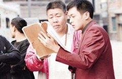 张若昀的父亲是谁家庭背景惊人网曝张若昀唐艺昕接吻照领证了吗