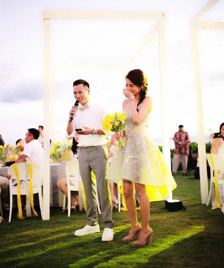 安以轩陈荣炼婚礼现场落泪视频说了什么,请了哪些明星伴手礼好贵