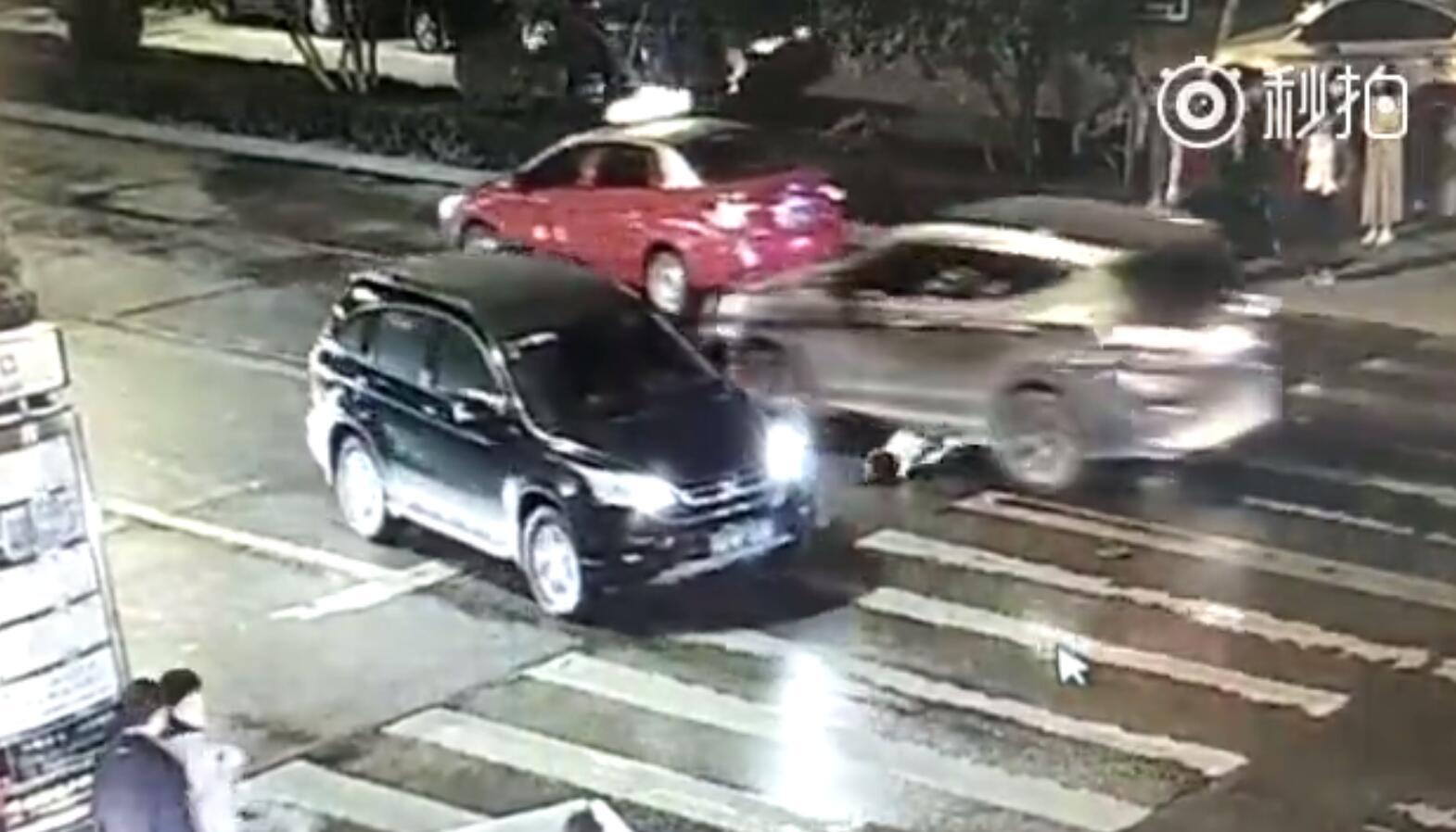 女子被撞飞遭二次碾压全过程惨烈视频,女子闯红灯吗为什么没人救