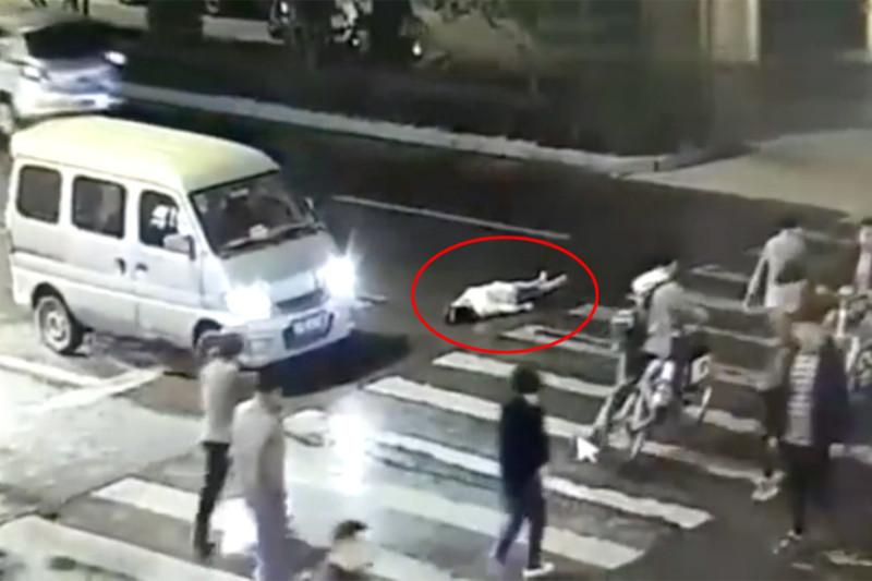 女子遭二次碾压身亡路口无红绿灯谁有责任?路人见死不救要担责吗