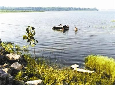 男子载5子冲水库溺亡死前挣扎过程,死者照片妻子当场崩溃疯了图