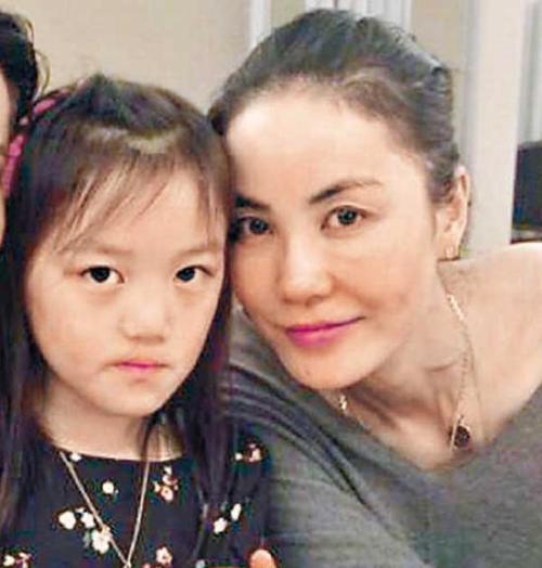 王菲为什么不要李嫣是因为兔唇吗?王菲与张柏芝带娃哪个好对比图