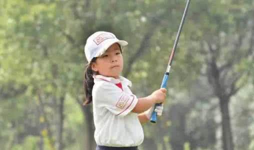 刘国梁女儿打高尔夫球视频为爸爸圆梦?刘国梁高尔夫很厉害图片