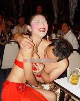泰国人妖遭七旬老人疯狂啃胸恶心图,泰国人妖6元随便摸下半身图片