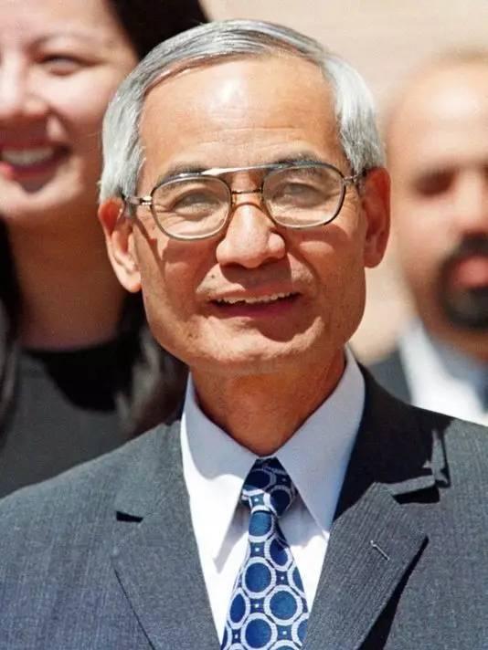 科学家李文和被逼认罪吗测谎过程,李文和牢狱生活女儿举牌抗议照