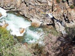 在美失踪的中国夫妇确认坠崖打捞现场,汽车坠河过程还原搜救细节