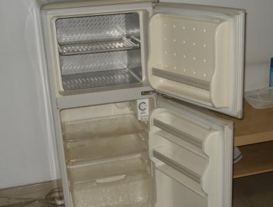 冰箱冷藏室有水是怎么回事解决小妙招,冷藏室排水孔在哪疏通图解