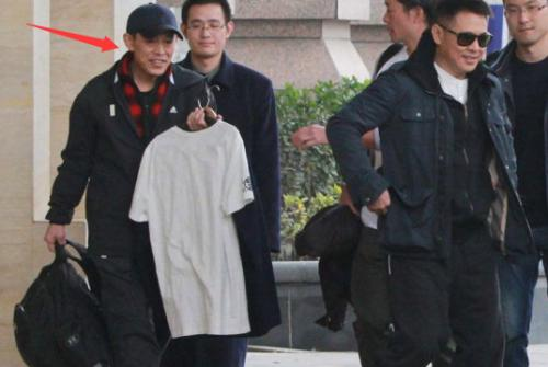 李连杰亲哥哥给弟弟拎包照片两人关系好吗?盘点当红明星的穷亲戚