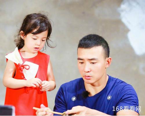 刘畊宏女儿小泡芙年龄多大真名叫什么 刘畊宏有几个孩子资料照片