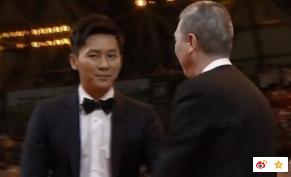 冯小刚为何不和文章握手是看不起他吗?冯小刚拒握文章手截图真相