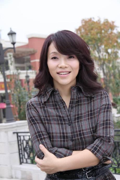 歌手陈明日本老公照片女儿多大了?陈明和毛宁合唱胸部尴尬激凸照