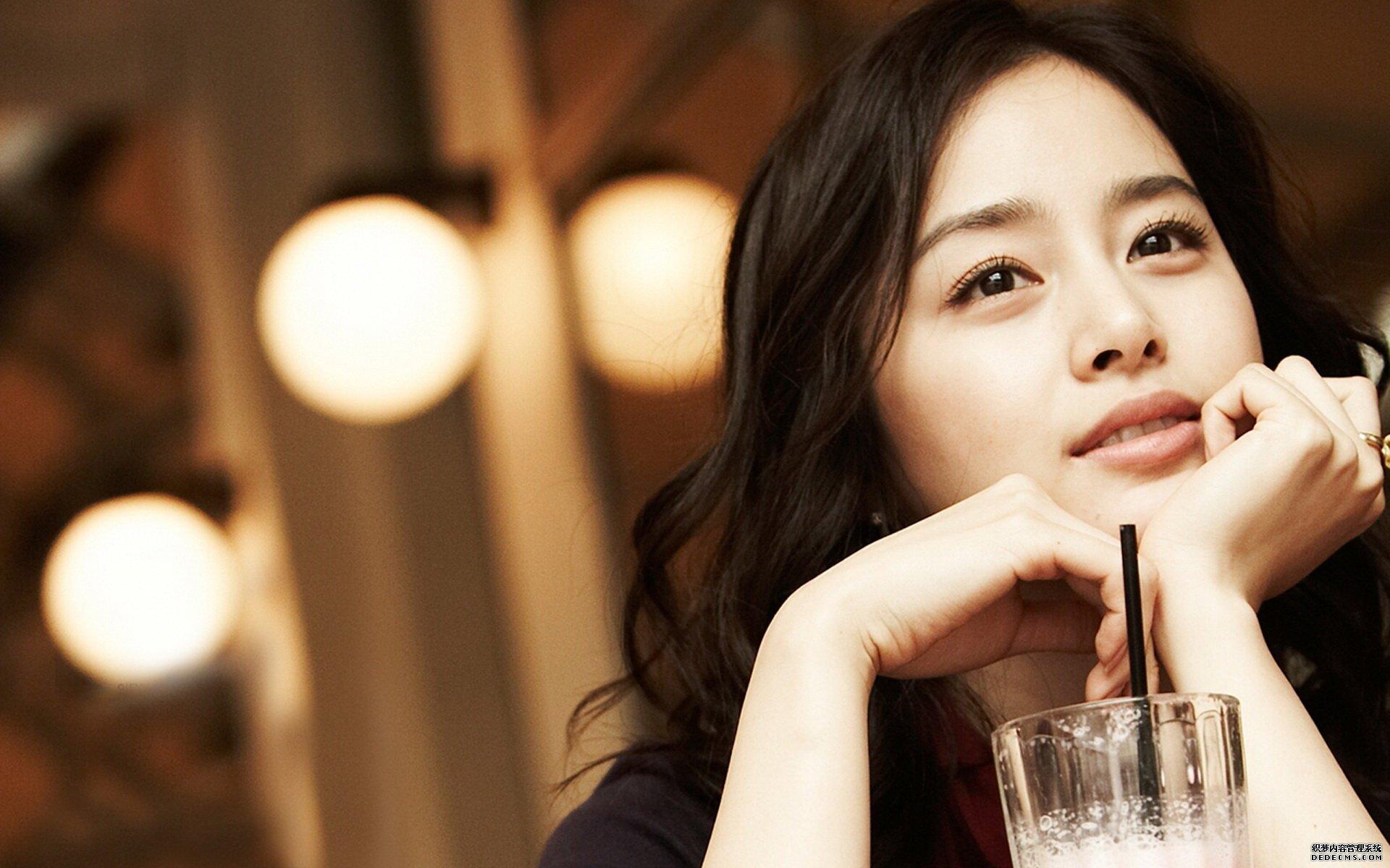 """韩国美女一直备受关注,韩国向来以盛产美女著称,也总是走在时尚的最前沿,先不管他们脸蛋到底是天生丽质还是后天整容,关于谁是韩国最美的女星大家也似乎从来没有停止过讨论。那么你心目中的韩国最美女星是谁呢?让我们一起来看一看吧! 韩国最美女星排行榜top1:金泰熙  金泰熙是韩国最美女星的代表人物。金泰希素来以自然美著称,是韩国最为人知晓和具代表性的天然美女,有""""韩国最美女艺人""""""""第一天然美女""""等美誉。金泰熙继2004年成为第一美女之后,历年票选"""""""