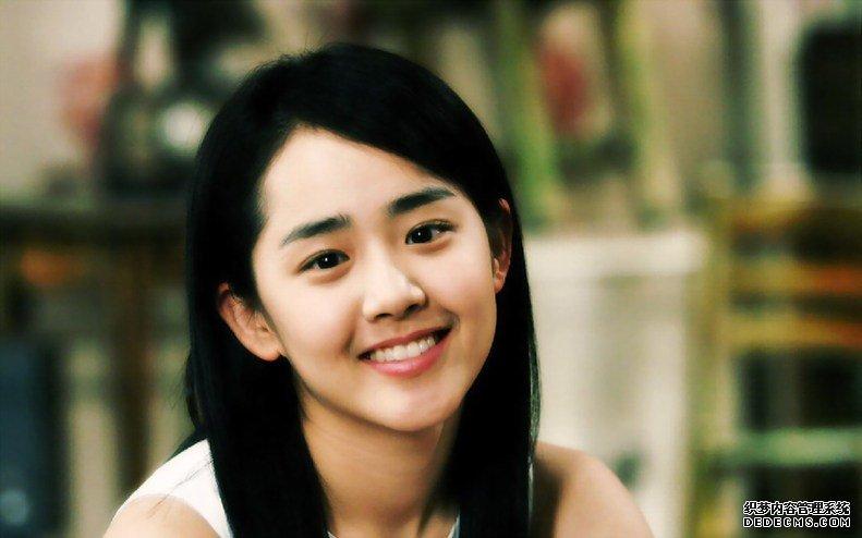 韩国最美女星排行榜top6:金柳真  金柳真的身材相当完美,加上自小在关岛长大,有点洋派,所以喜欢展现其性感的一面,但是为了扮好《和》剧邻家女孩的形象,她只好掩藏起好身材,将所有的性感衣物束之高阁。她还拥有让人印象深刻的饱满额头和高挺的鼻梁,会让人联想到奥利维亚·赫西。 韩国最美女星排行榜top7:宋慧乔  宋慧乔,韩国著名影视演员,初期参加模特大赛成名。先后拍摄多部电影电视剧,代表作有电视剧《蓝色生死恋》,《浪漫满屋》,这两套剧集令她在亚洲各地皆为人所熟悉。宋慧乔拥有让人极端心动形象