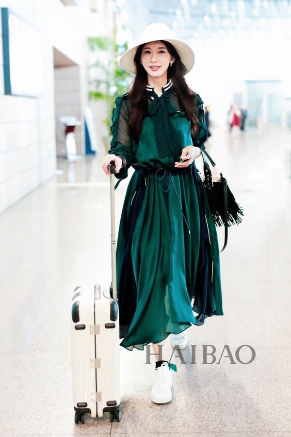 """林志玲机场上演 """"绿野仙踪"""" 相当吸睛,心情愉悦大展欢颜"""